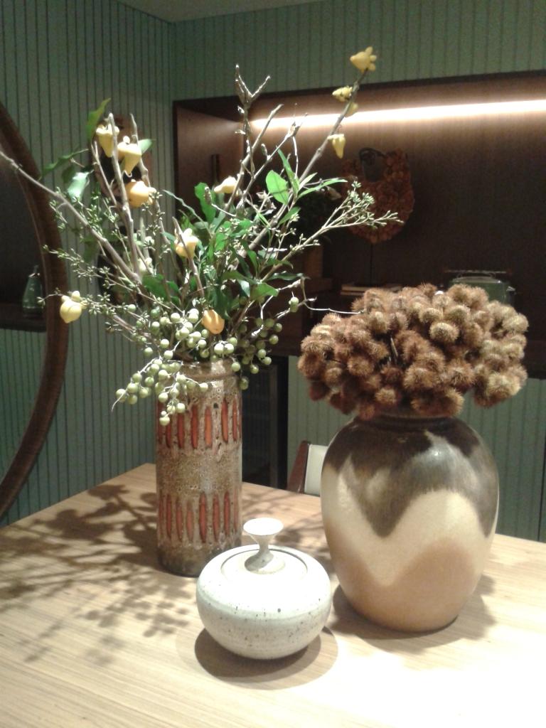 Vasos, flores e plantas que nos transmitem a identidade do espaço.