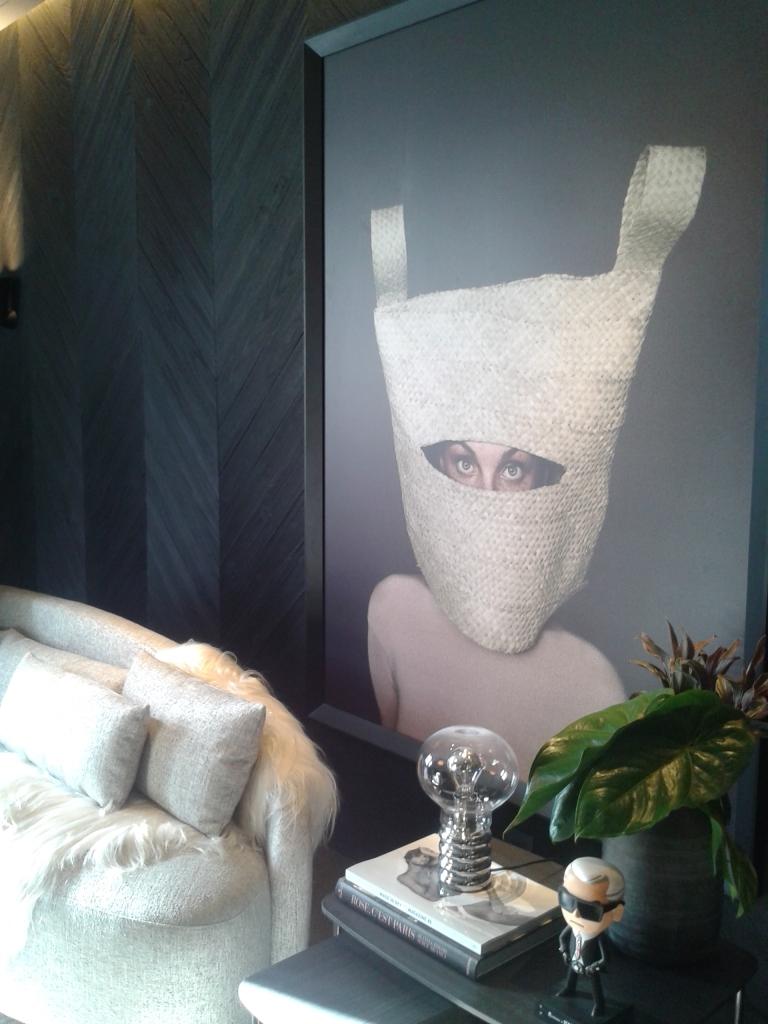 Fotografia está em alta na Casa Cor, como podem ver. E essa virou protagonista na sala.