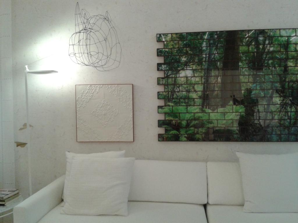 Composição em parede de objetos artísticos no branco/verde