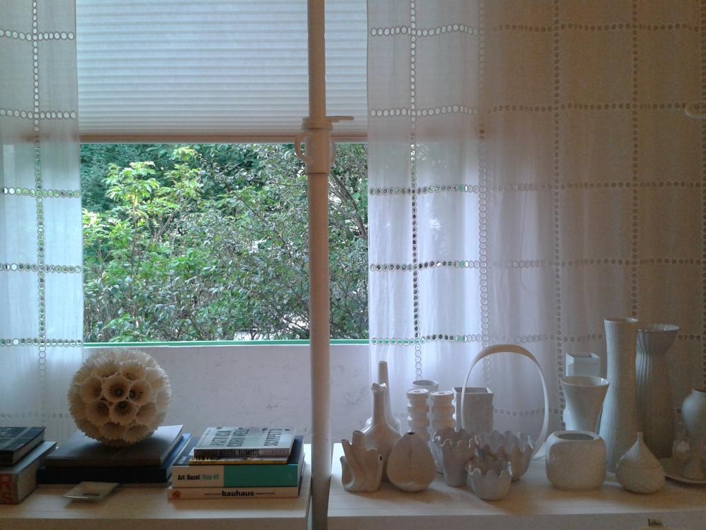 Lindas escolhas de cortina e enfeites para janela. Nesta sala predominam os tons suaves.