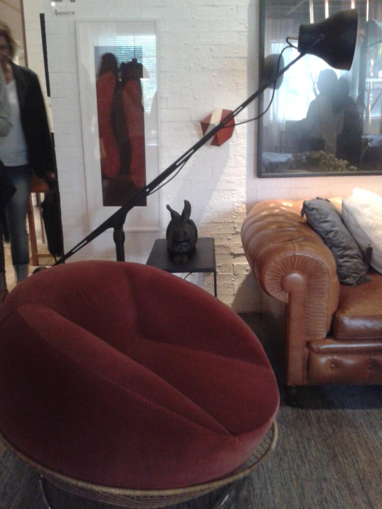 Ambiente mais descontraído que trabalhou com a mistura de estilos dos objetos e mobiliário.